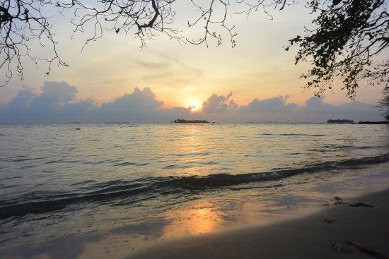 Karimun Jawa, Indonesien: Sunrise dari pantai batu putih, Karimunjawa
