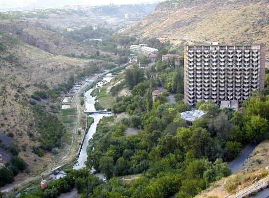 Arzni, Armenien: Ущелье реки Раздан, дома отдыхов.
