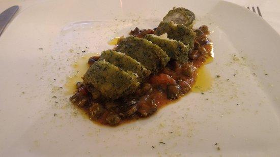 Scandolara Ripa d'Oglio, Itália: involtino di pesce persico e gambero in pan d'erbe aromatiche con salsa di capperi e olive