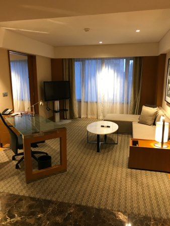 Grand Hyatt Singapore: Desk and lounge room