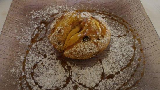 Scandolara Ripa d'Oglio, Itália: tortino caldo di mele con salsa al caramello