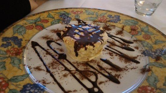 Scandolara Ripa d'Oglio, Itália: semifreddo al torroncino con salsa al cioccolato