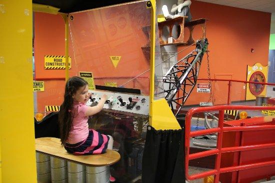 The Building for Kids: с помощью рычагов нужно поднять детали и поставить их на нужное место