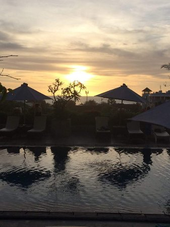 Champlung Mas Hotel: Sunset from Roof Top Pool