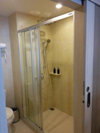 Ramada Phuket Deevana: Bathroom