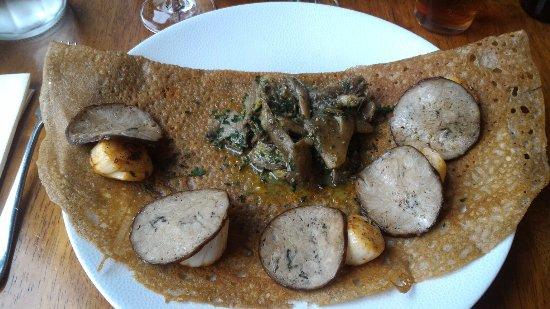 Saint-Ave, França: Galette andouille, noix de st Jacques et pleurottes au beurre persillé