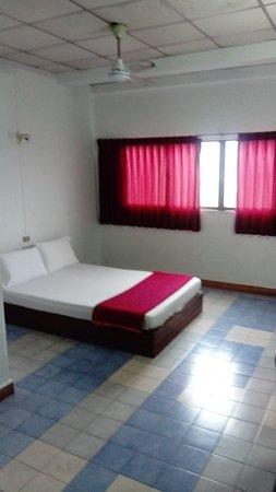 Thairungruang Hotel : Chambre spacieuse - lit - grande fenêtre - bureau et canapé
