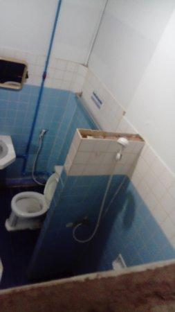 Thairungruang Hotel : Salle de bain rustique mais fonctionnelle