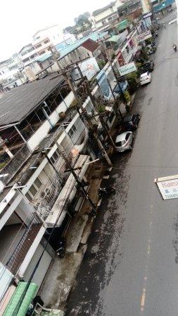 Thairungruang Hotel : Première vue de la chambre côté rue principale