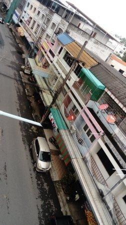 Thairungruang Hotel : Deuxième vue de la chambre - côté rue adjacente