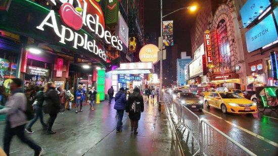Hilton Times Square: El appebees y al lado la entrada del hotel por la 42