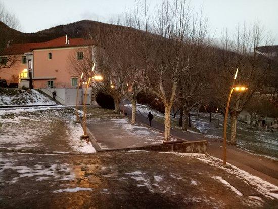 Annot, France: c'est un lieu calme , un grand espace à coté d'une grande forêt dont un petit village ancien