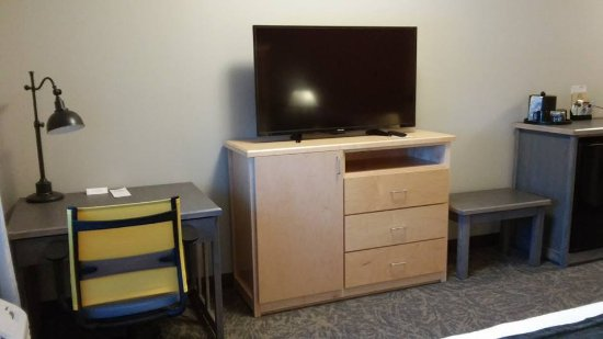 Staples, MN: desk, desk chair, TV, extra pillow and blanket in dresser