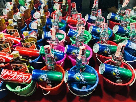 Full Moon Party: Le bucket, petit seau que l'on vend avec les alcools... On remplit, et on consomme avec une pail