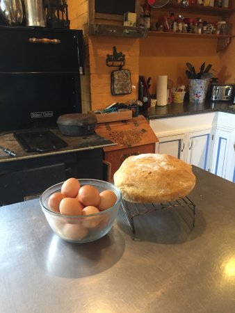 The Maven Gypsy Bed & Breakfast & Cottages: Farm kitchen with homemade bread.