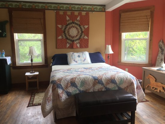 The Maven Gypsy Bed & Breakfast & Cottages: Quilt room with queen bed, sitting area, private bath, ocean view