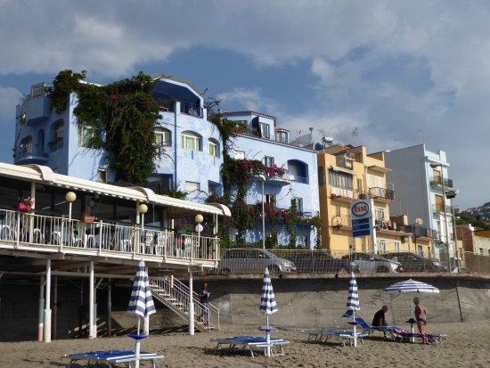 Hotel Palladio: Hotel with Esso garage and main road.