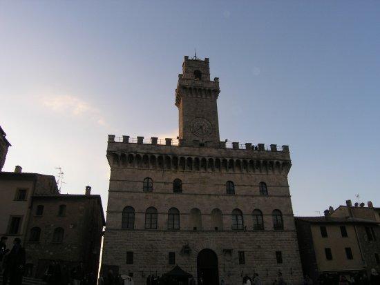 Montepulciano, Italia: Il municipio in piazza