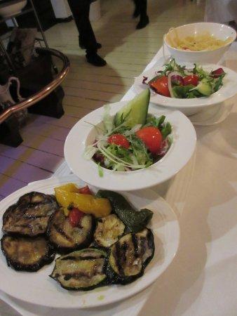 Vaals, The Netherlands: Groente, salade en patat bij het hoofdgerecht