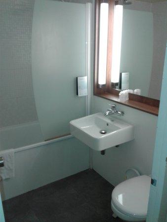 la salle de bain avec baignoire et WC - Photo de Campanile ...