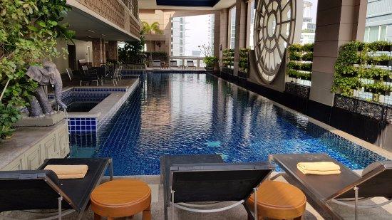 Mayfair, Bangkok - Marriott Executive Apartments: Rooftop swimming pool with sea water