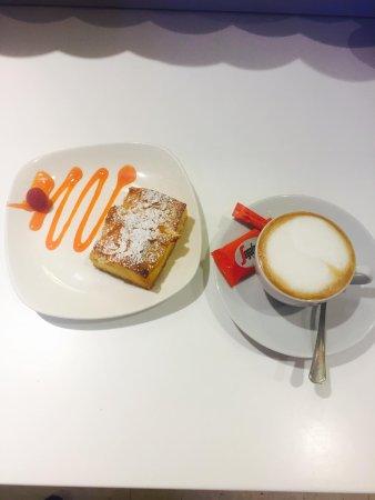 Buxtehude, Jerman: Cappuccino und Aprikosen Blechkuchen