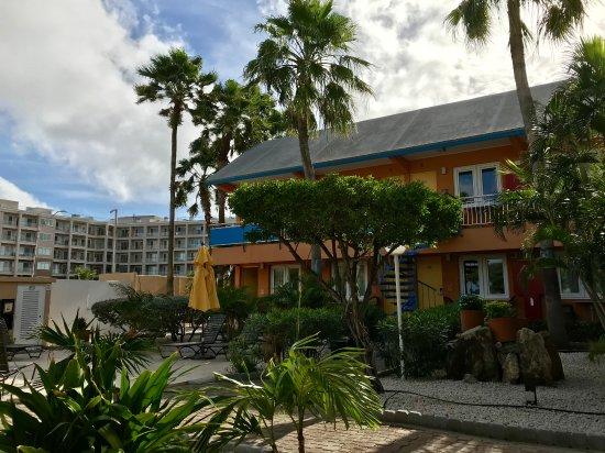 MVC Eagle Beach: Courtyard