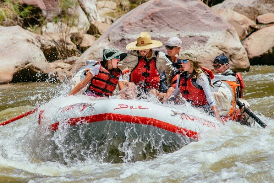 Vernal, UT : Dee boat riding the rapids