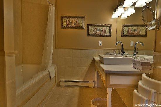 Bathroom in Auberge des Falaises