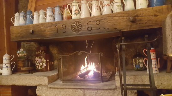 Hotel Neige Et Roc : Cosy fire in the bar area