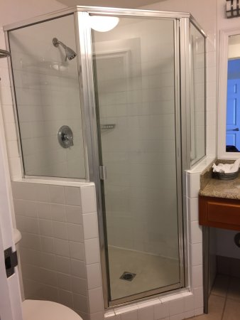 Pismo Lighthouse Suites: Don't bend over in this shower.