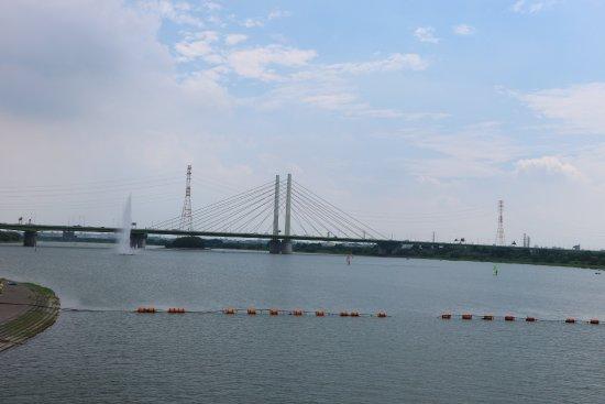 Saiko Doman Green Park: منظر للجسر العابر للبحيرة و النافورة
