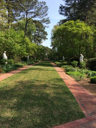 Norfolk Botanical Garden : A trail with statues of famous artist.