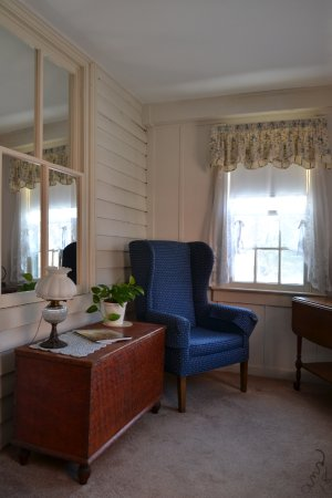 Chestertown, MD: Our suite included a sitting room that looked out over the side yard - very comfy area
