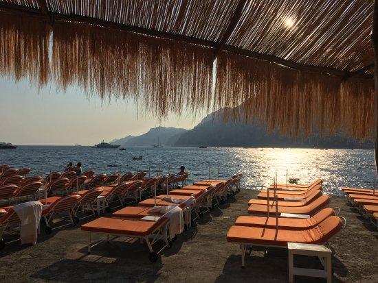 Il San Pietro di Positano: Beach club bar late in the day