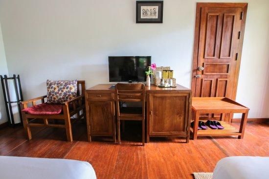 Maisons Wat Kor : Table, minibar and TV