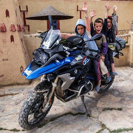 Agoudal, Marruecos: Bike in front of Auberge Ibrahim