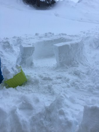 Obersaxen, Switzerland: Viel viel schnee...  Da wir vom vielem Schnee nicht mehr Ski fahren konnten, versuchten wir ein