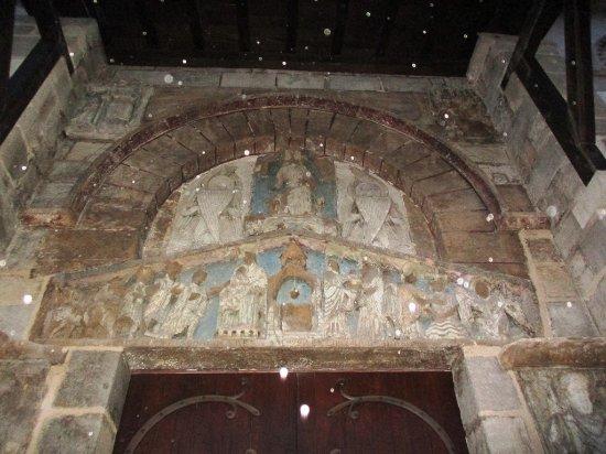 Basilique Notre-Dame-du-Port: Tympan polychrome (et gouttes de pluie éclairées par le flash)