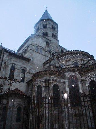 Basilique Notre-Dame-du-Port: Chevet (et gouttes de pluie éclairées par le flash)