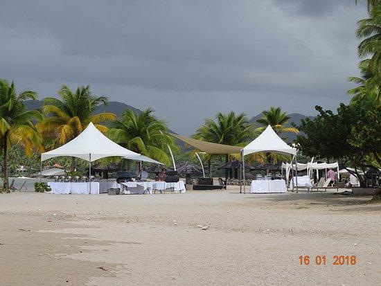 Rendezvous Resort: Beach BBQ
