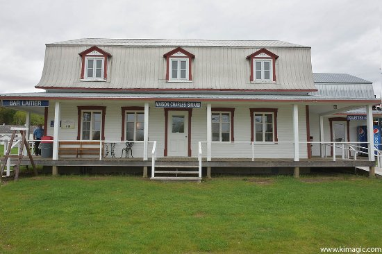 Baie-Saint-Paul, Canada : Main building where you can visit museum, taste and gourmet cheese