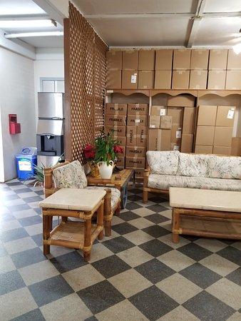 Kauai Kailani: Super junky lobby