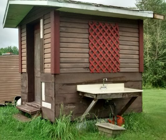 Saint-Francois-du-Lac, Canada: Pavillon contenant les toilettes sèches à compostage, espace camping