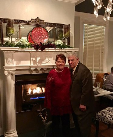 Mathews, Virginie : A delightful dinner on Christmas Eve in front of the roaring fire