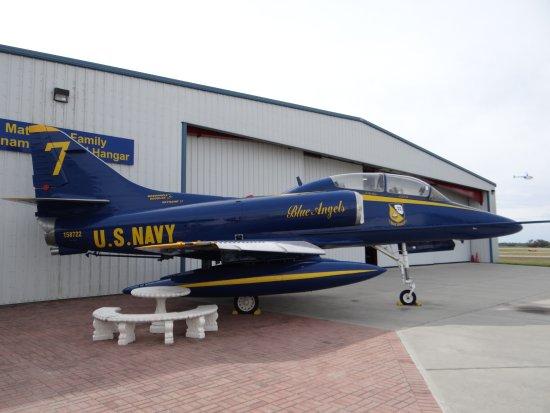 Valiant Air Command Warbird Museum : Lindo modelo de avião e hangar onde são encontrados a maioria dos aviões e todo o material.