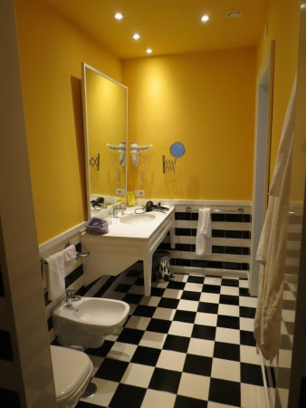 Palazzo Jannuzzi Relais: Bathroom from large, walk-in shower