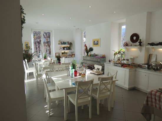 Palazzo Jannuzzi Relais: Bright breakfast room which opens to large patio dining area