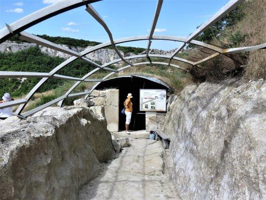 Bakhchisaray: Крым. Чуфут-Кале. Вход в колодец Тик-Кую. Но дверь на замке...
