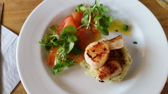 Chipperfield, UK: Scottish Salmon with mouth watering scallops